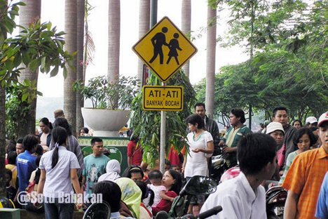 Rambu lalu lintas disesuaikan untuk warga ;)