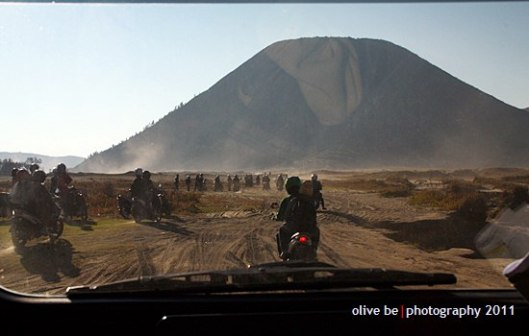 siap-siap menembus badai debu pasir, beberapa pengendara motor jatuh karena roda kendaraan kejebak pasir