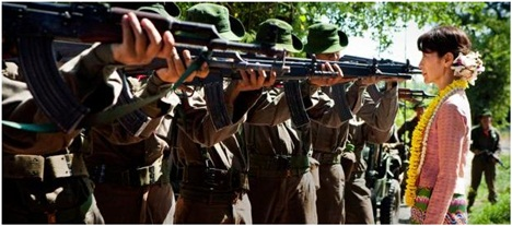 Suu Kyi melangkah mendekati barisan tentara yang mengarahkan moncong senapan AK-47 ke wajahnya. (sumber gambar : film The Lady)