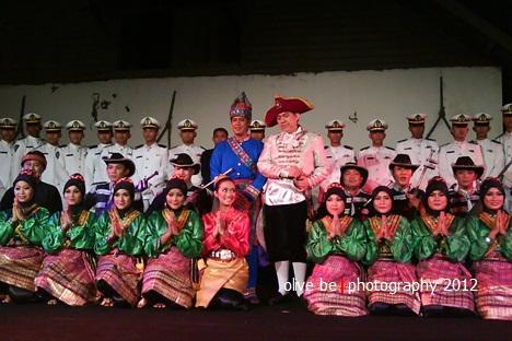 Para pendukung acara berfoto bersama pasukan Pedang Pora (dok. koleksi pribadi)