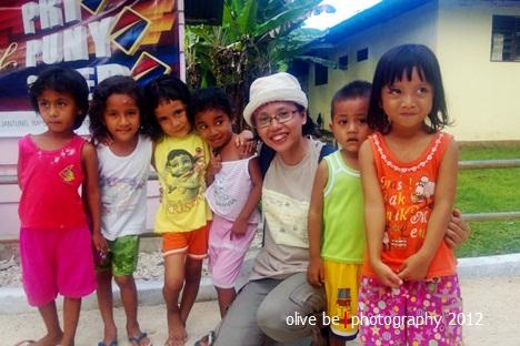 Salam kami dari Nusa Laut! Foto bersama Angel dkk di Desa Sila, Nusa Laut