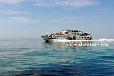 Ferry yang mengangkut penumpang dari Tulehu ke Saparua, diabadikan dengan Lumia 920 dari dalam speedboat yang melaju kencang