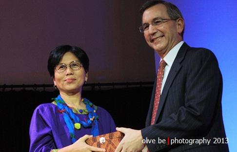 Dinny Jusuf menerima penghargaan dari Scot Marciel, Duta Besar Amerika Serikat untuk Indonesia