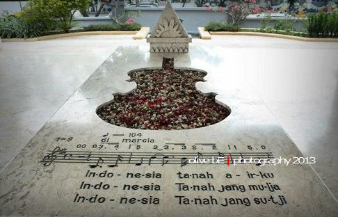 Pusara WR Soepratman yang berbentuk biola dengan potongan bait lagu Indonesia Raya di atasnya