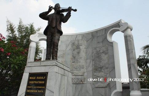 Patung WR Soepratman sedang memainkan biola di komplek Taman Pemakaman WR Soepratman, Surabaya