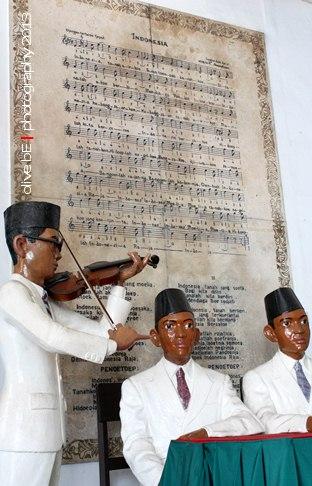 Diorama saat WR Soepratman memainkan bioala di Kongres Pemuda II 27-28 Oktober 1928 mengiringi lagu Indonesia Raya di Museum Sumpah Pemuda,Jakarta