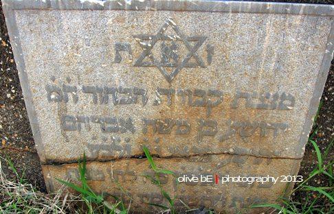 Lambang bintang Daud di setiap prasasti sebagai penanda makam orang Yahudi