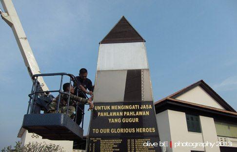 Berbenah di seputar monumen peringatan di salah satu sudut komplek Muzium Tentera Darat, Port Dickson