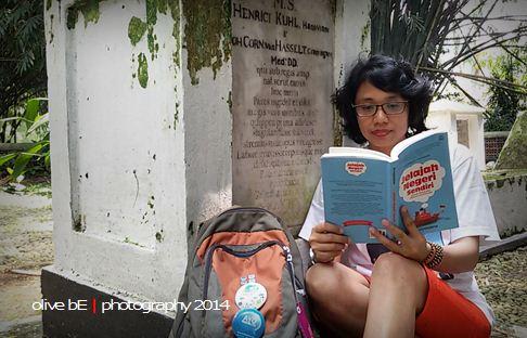 Membaca Jelajah Negeri Sendiri, buku keroyokan bersama kompasianer di depan makam Kuhl & Hasselt