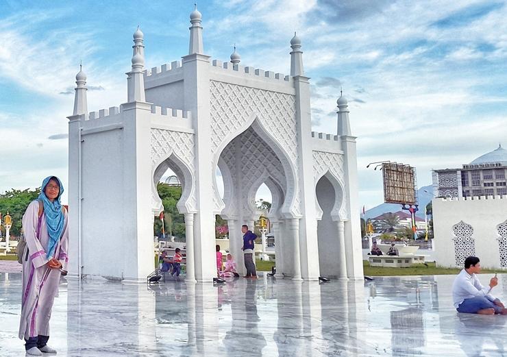 masjid baiturrahman aceh, syarat berkunjung ke masjid baiturrahman aceh, ke aceh harus berjilbab