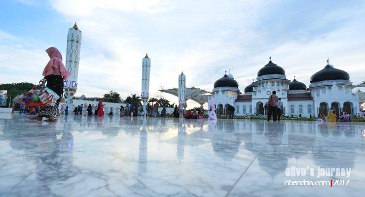 masjid baiturrahman aceh, syarat berkunjung ke masjid baiturrahman aceh, ke aceh harus berjilbab, pedagang di masjid baiturrahman