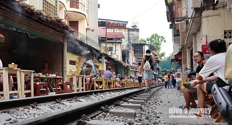 hanoi train street kafe, kedai kopi di rel kereta hanoi, ngopi di rel kereta hanoi