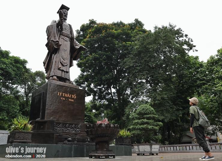 ly thai to statue, the story of hoan kiem lake, history of hoan kiem lake, historical monument at hoan kiem lake